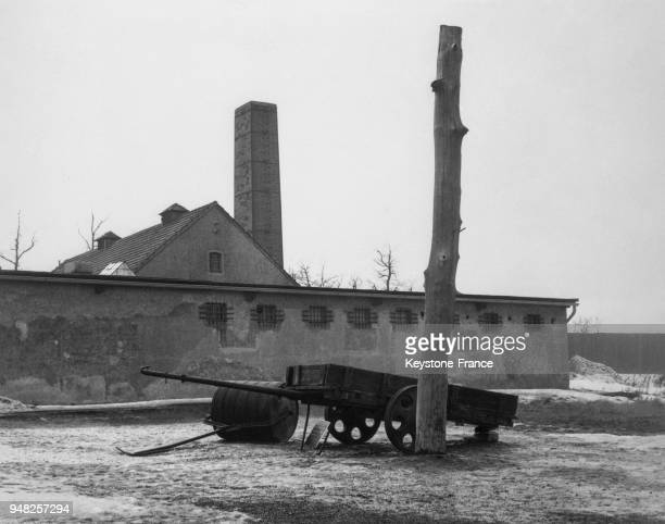 Le bâtiment de tortures au premier plan une charette dont se servaient les prisonniers pour transporter des cailloux pendant des heures à Weimar...