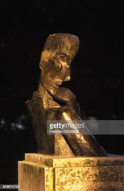 Le buste de François Mauriac dans le jardin public de Bordeaux réalisé par le sculpteur Ossip Zadkine en Gironde France