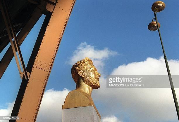 le buste de Gustave Eiffel est visible le 07 novembre 2000 à Paris près d'un des piliers du monument portant son nom Picture taken 07 November 2000...