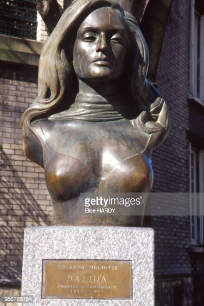 Le buste de la place Dalida dans le quartier de Montmartre à Paris France