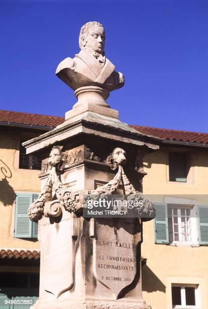 Le buste de l'inventeur Benoit Raclet à RomanècheThorins en SaôneetLoire France