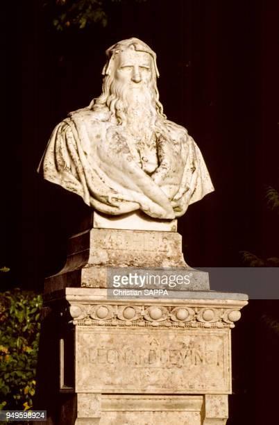 Le buste de Léonard de Vinci dans la parc du château d'Amboise en IndreetLoire France