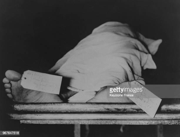 Le cadavre du gangster Dillinger à la morgue de Chicago Illinois EtatsUnis le 30 juillet 1937