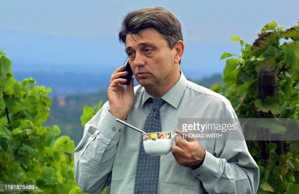 Le candidat de Démocratie libérale à l'élection présidentielle de 2002 Alain Madelin téléphone le 03 octobre 2001 à Rosheim lors d'un repas dans les...
