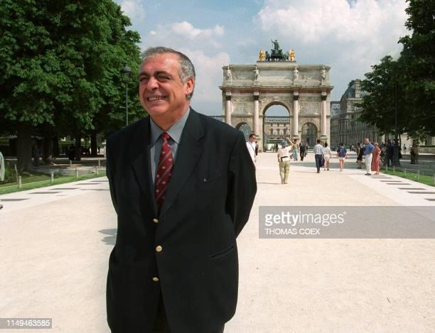 le candidat à l'investiture RPR pour la mairie de Paris Philippe Séguin pose dans les jardins des Tuileries le 15 mai 2000 à Paris au lendemain de...