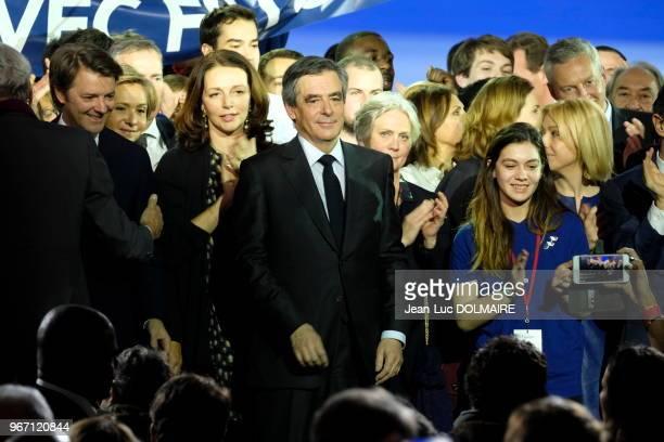 Le candidat LR François Fillon entouré de sa femme Pénélope Fillon Valérie Pécresse François Baroin et Valérie Boyer à la clôture d'un meeting le 29...
