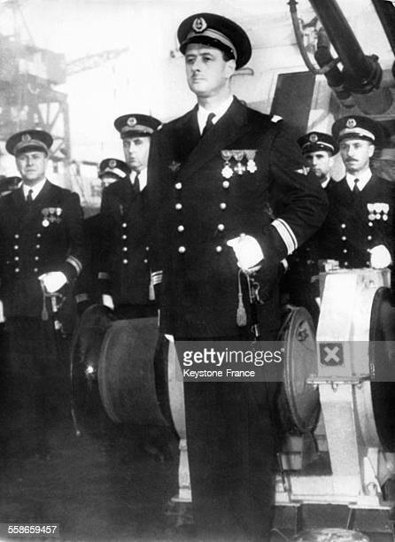 Le capitaine de corvette Philippe de Gaulle au milieu de ses officiers lors de sa prise du commandement de l'escorteur rapide 'Le Picard' en 1961 à...