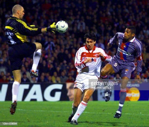 le capitaine de l'Olympique Lyonnais Sonny Anderson trompe le gardien russe Alexandre Filimonov et le défenseur Yury Kovtun et inscrit le 2ème but...