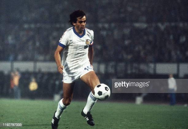 Le capitaine de l'équipe de France de football Michel Platini s'apprête a frapper le ballon, le 10 septembre 1981 à Bruxelles, lors du match...
