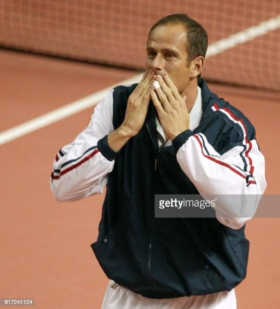 le capitaine de l'équipe de France de tennis Guy Forget envoie depuis le court des baisers au public le 07 avril 2002 au palais des sports de Pau...