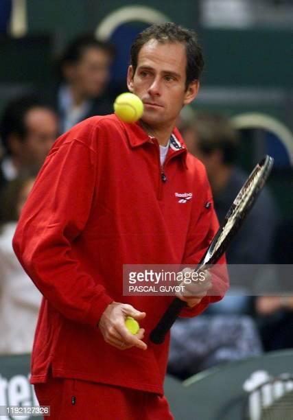 le capitaine de l'équipe de France de tennis Guy Forget passe une balle à Cédric Pioline lors d'une séance d'entraînement au parc des expositions de...