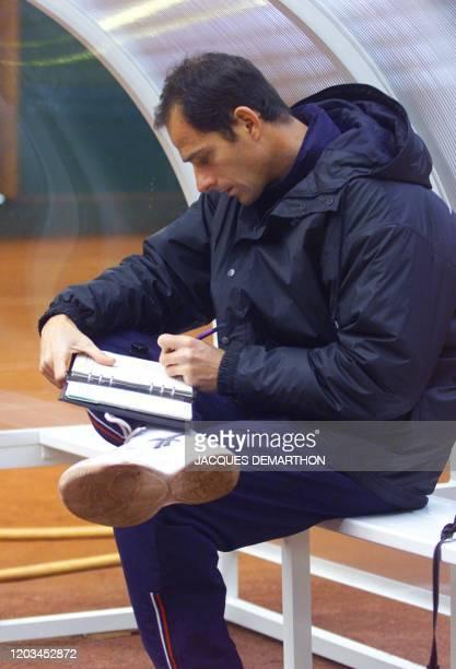 le capitaine de l'équipe de France de tennis Guy Forget prend des notes le 23 novembre 1999 à Hendaye pendant une séance d'entraînement de l'équipe...