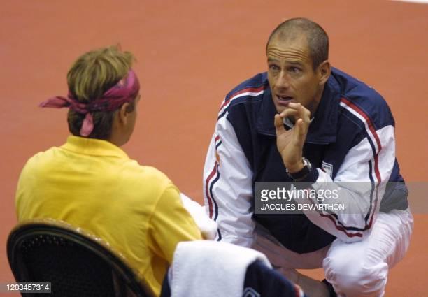 le capitaine de l'équipe de France Guy Forget donne des conseils au Français Arnaud Clément le 21 septembre 2001 à Rotterdam lors d'un changement de...