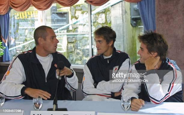 le capitaine de l'équipe de France Guy Forget s'entretient avec ses joueurs Nicolas Escudé et Arnaud Clément le 20 septembre 2001 à Rotterdam au...