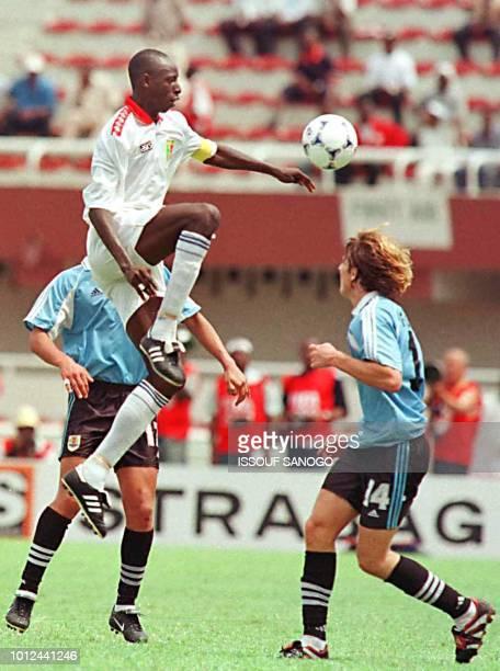 Le capitaine de l'équipe malienne Cisse Sadio Baba tente de contrôler le ballon devant l'Uruguayen Forlan Diego le 24 avril lors du championnat du...
