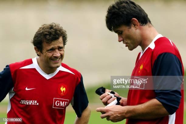 le capitaine du XV de France Fabien Galthié discute avec le 2e ligne Fabien Pelous lors d'une séance d'entraînement le 10 septembre 2003 à Marcoussis...