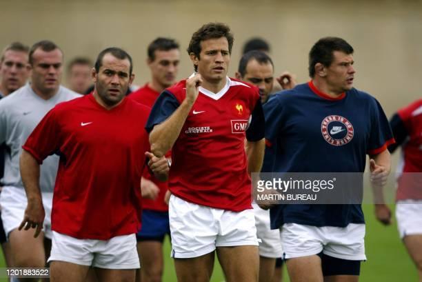 le capitaine du XV de France Fabien Galthié s'échauffe avec ses coéquipiers les piliers JeanJacques Crenca et Olivier Milloud lors d'une séance...