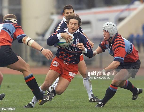 Le capitaine et demi d'ouverture italien du Stade Français-CASG, Diego Dominguez , tente de s'infiltrer entre les Ecossais Stewart Campbell et Donny...