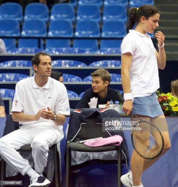 le capitaine français Guy Forget encourage Nathalie Dechy lors d'un changement de côté au cours de son match contre l'Australienne Nicole Pratt le 28...