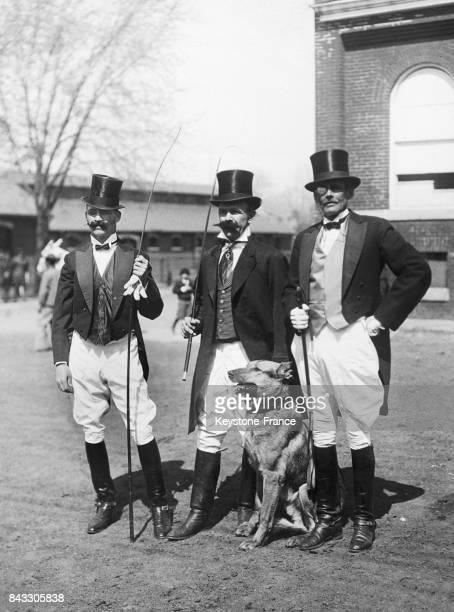 Le capitaine John H Irving, le lieutenant H B Reed et l'adjudant C Hallencerutz lors du Society Circus organisé au bénéfice des soldats de l'hôpital...