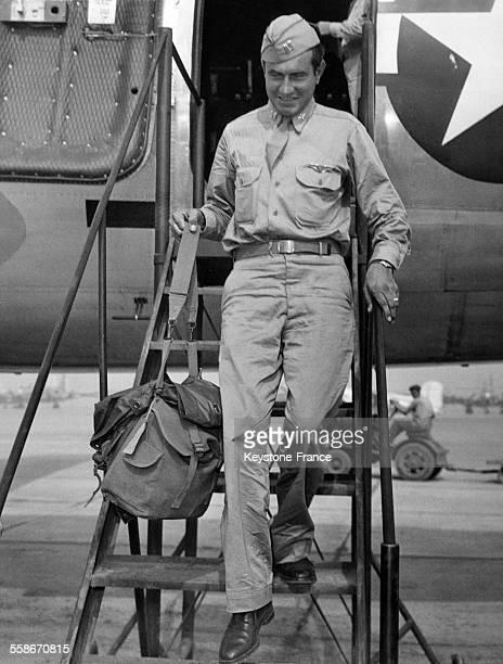 Le capitaine Louis Zamperini prisonnier de guerre des Japonais pendant la Seconde Guerre mondiale vient d'arriver à Hamilton Field Californie aux...