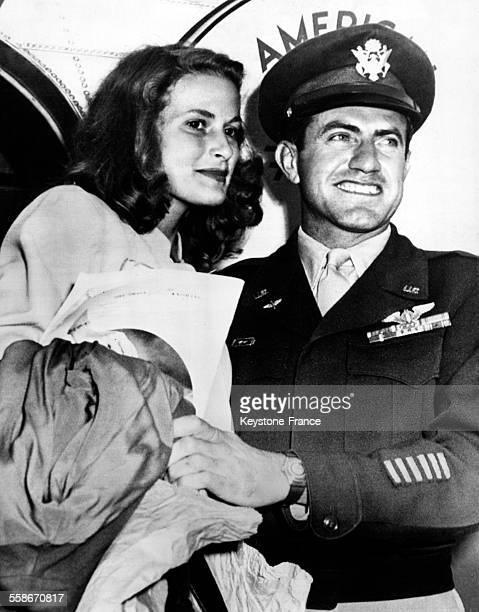 Le capitaine Louis Zamperini prisonnier de guerre des Japonais pendant la Seconde Guerre mondiale et sa fiancée Cynthia Applewhite à l'aéroport de...