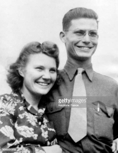 Le caporal Desmond T Doss avec sa femme Dorothy Schutte Doss aux EtatsUnis le 10 août 1945