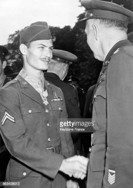 Le caporal Desmond T Doss objecteur de conscience est félicité par le général George C Marshall après avoir reçu la médaille d'honneur à Washington...