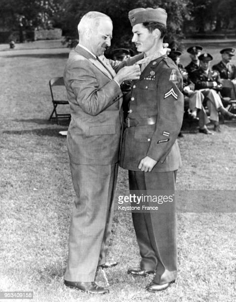 Le caporal Desmond T Doss objecteur de conscience reçoit des mains du président américain Harry S Truman la médaille d'honneur à la MaisonBlanche à...
