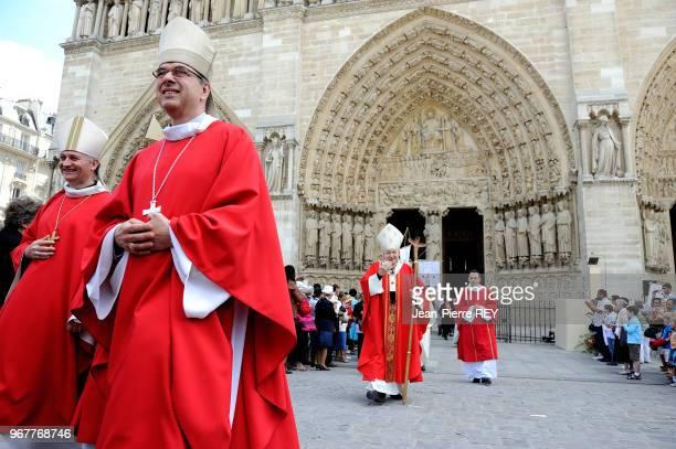 Le Cardinal André VingtTrois archevèque de Paris sortant de la cathédrale Notre Dame à Paris le 30 juin 2012 France