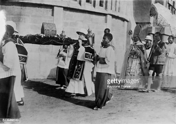 Le cardinal Verdier suit la procession des reliques autour de la nouvelle cathédrale qu'il est venu inauguré à Dakar Sénégal en 1936