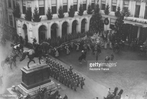 Le carosse de la princesse Juliana des Pays-Bas quittant le palais Noordeinde en direction de l'hôtel de ville, lors de son mariage, à La Haye, le 7...