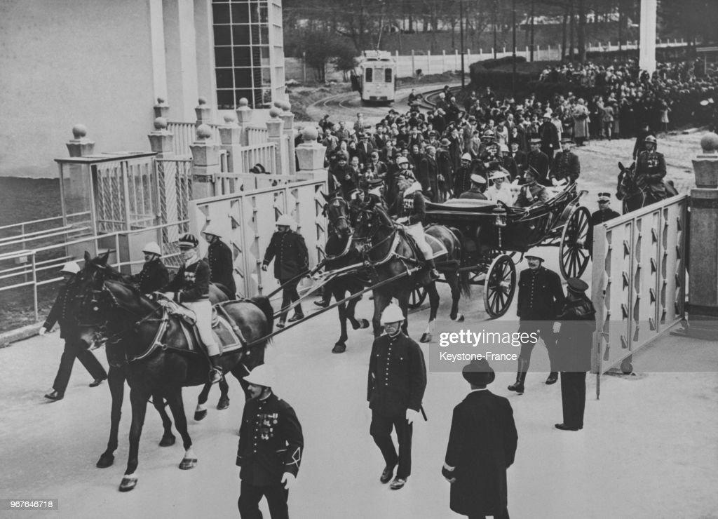 Le carrosse dans lequel se trouvent le roi et la reine de Belgique avec le prince Charles et la princesse Joséphine-Charlotte fait son entrée à l'Exposition, à Bruxelles, Belgique le 27 avril 1935.