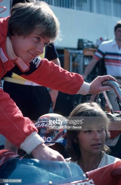 Le Castellet France 25 juillet 1982 Le pilote automobile Didier PIRONI et sa compagne l'actrice Véronique JANNOT sur le circuit PaulRicard