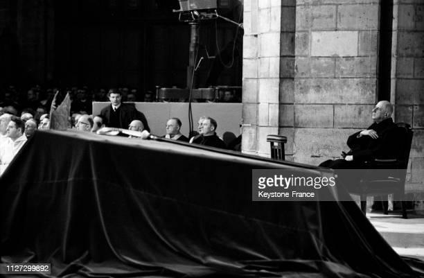 Le catafalque du cardinal Veuillot assis derrière le général de Gaulle venu rendre un dernier hommage en la cathédrale NotreDame à Paris France le 17...