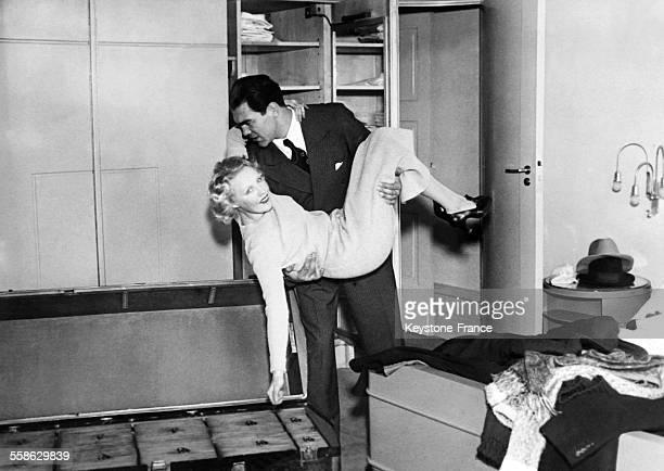 Le celebre boxeur americain Max Schmelling fait ses malles et semble vouloir mettre son epouse l'actrice Anny Ondra dans la grande malle qu'il...