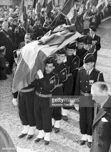 Le cercueil de François d'Orléans est porté par des soldats lors de ses obsèques à Dreux France le 17 octobre 1960