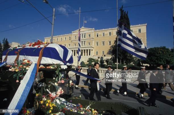 Le cercueil de la chanteuse comedienne et femme politique Melina Mercouri passe devant le palais du Parlement grec le 10 mars 1994 a Athenes Grece