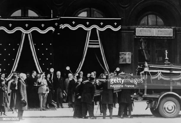 Le cercueil de la Reine Astrid est transporté dans un fourgon après son arrivée à la gare après son tragique accident de voiture le 30 août 1935 à...
