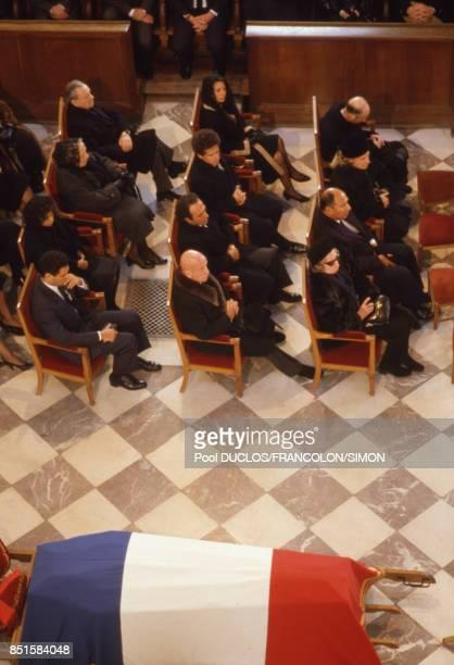 Le cercueil de Marcel Dassault recouvert du drapeau français en la cathédrale des Invalides à Paris France le 22 avril 1986