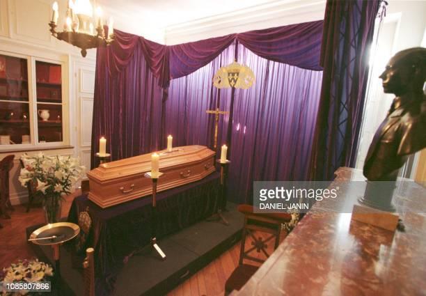 le cercueil du comte de Paris Henri d'Orléans décédé samedi dernier à l'âge de 90 ans est exposé au public le 23 juin 1999 dans la salle...