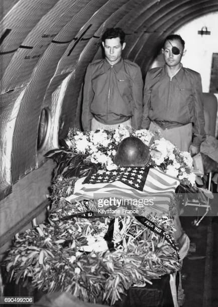 Le cercueil du général David Marcus recouvert du drapeau américain est veillé par deux combattants de la Haganah dont Moshe Dayan à bord de l'avion...