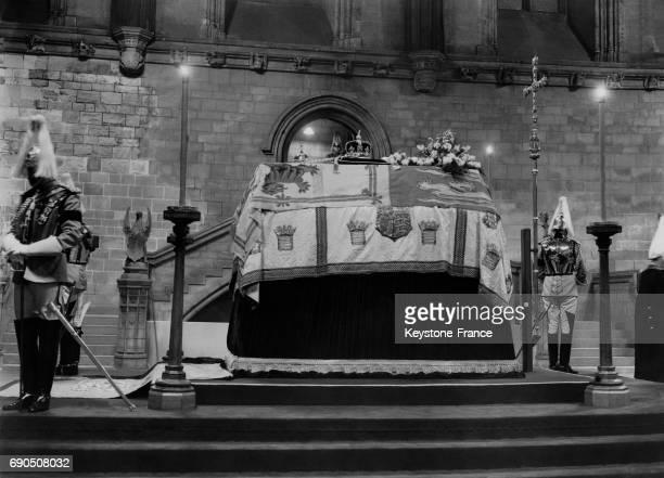 Le cercueil du Roi George V protégé par des gardes dans la chapelle ardente de Westminster Hall le 23 janvier 1936 à Londres au RoyaumeUni