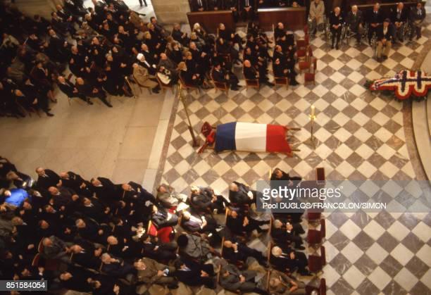 Le cercueil recouvert du drapeau français lors de la cérémonie funéraire en la cathédrale des Invalides à Paris France le 22 avril 1986
