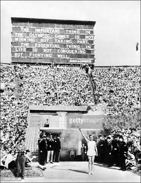 Le champion d'aviron britannique John Mark arrive avec la flamme olympique sur le stade de Wembley pour l'ouverture des XIV° Jeux Olympiques d'été le...
