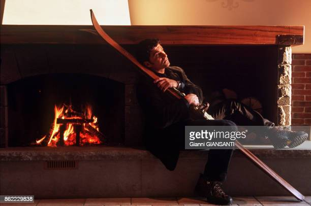 Le champion de ski italien Alberto Tomba dans sa villa de Bologne le 5 décembre 1998 Italie