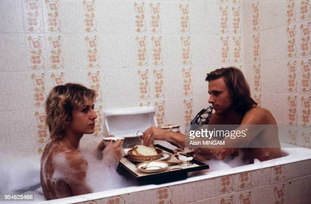 Le champion de tennis Bjorn Borg et son épouse Mariana prennent leur petit déjeuner dans leur baignoire en 1980 Monaco