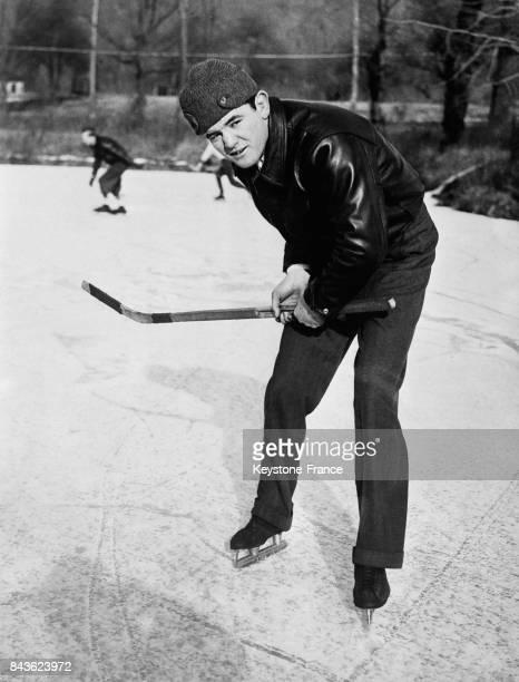 Le champion du monde de boxe James Braddock faisant une partie de hockey sur glace aux EtatsUnis en 1935