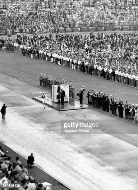 Le champion du monde de course, Paavo Nurmi, porte la flamme olympique lors de la cérémonie d'ouverture des jeux olympiques à Helsinki, Finlande le...