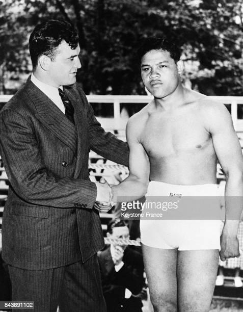 Le champion du monde Jimmy Braddock souhaite un joyeux anniversaire à son plus sérieux adversaire Joe Louis en 1936 aux EtatsUnis
